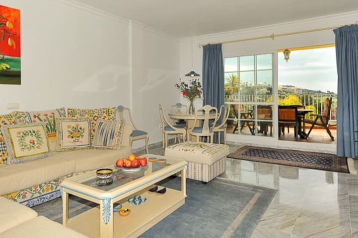 Beautiful 2 bed apartment close to golf course.
