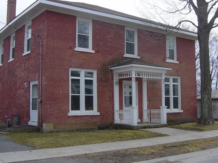 Beautiful 4 bedroom house in Bath Ontario-