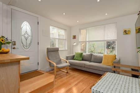 Stylish Cozy One-Bedroom Suite - House