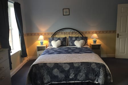 Cosy ensuite double/twin/triple room in quiet area