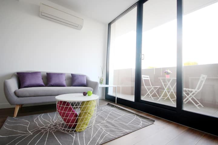 2BD Modern Apartment in Chadstone