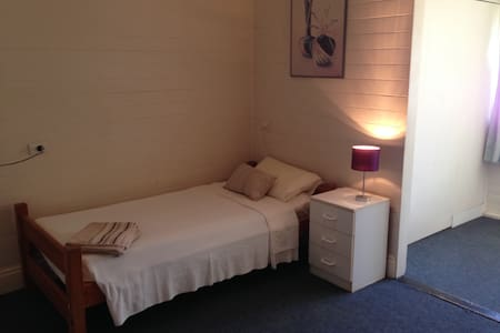Female-only dorm, sleeps 3 max - Lismore