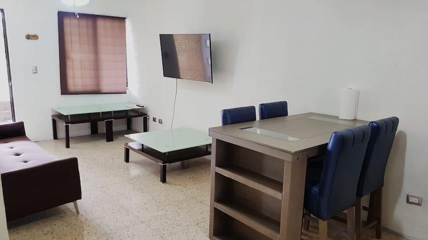 Sala y comedor con 2 abanicos de techo TV 65 pulgadas, sofa cama y comedor para 4 personas