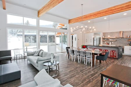 New modern home along the river in Leavenworth - Leavenworth
