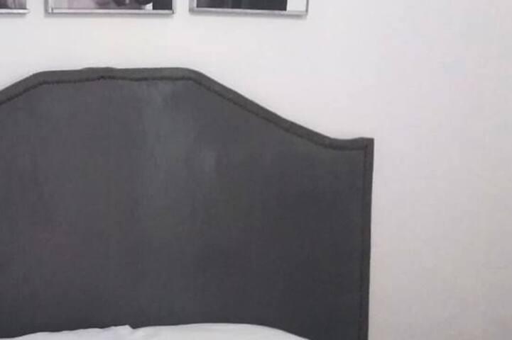 Esta recámara cuenta con una cama matrimonial, ventilador de techo y aire acondicionado, en un mueble de madera se pueden colocar sus objetos personales, una sombrilla que se les presta para la playa y una plancha.