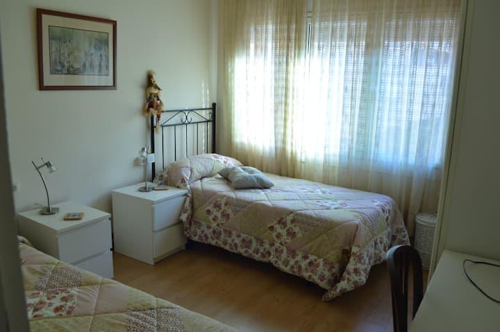 Habitación individual amplia y luminosa
