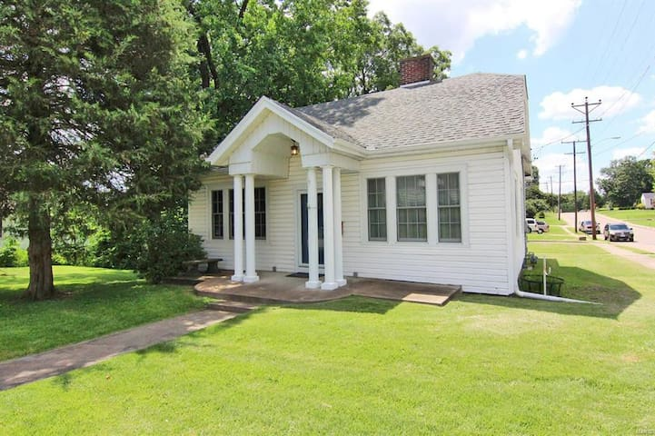 Cute & Cozy 2 Bed Cape Girardeau Home