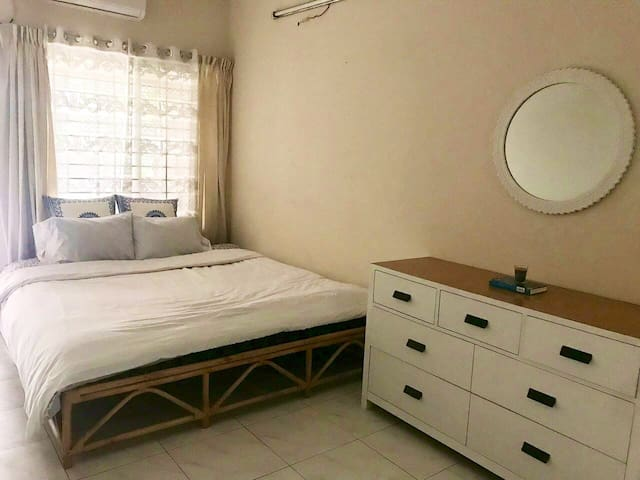 Mins to Airport—Private En Suite Master Bedroom