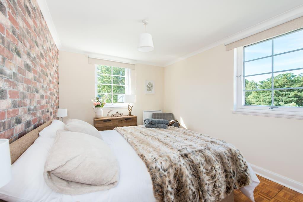 Bedroom 1: Kingsize (shown) or 2 single beds