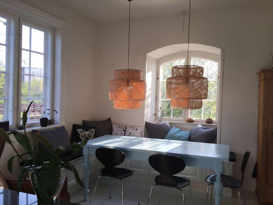 Spisebord i køkkenalrum med plads til 9 spisende gæster
