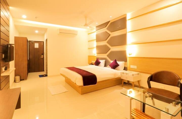 Private Modern Room in Vadodara near bus stand.