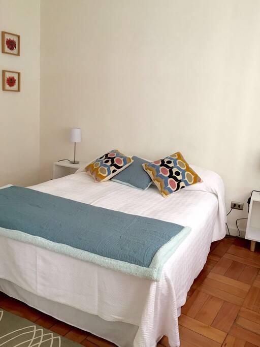 Acogedora habitación con cama de dos plazas, closet, calefactor eléctrico y baño en suite.