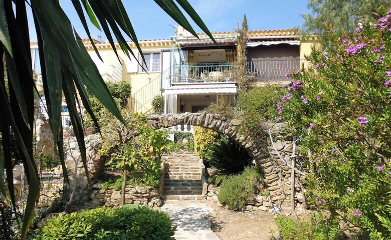 T2  40 m2, avec terrasse et jardin.