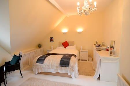 Delightful double/triple room at Ferndene, Frome