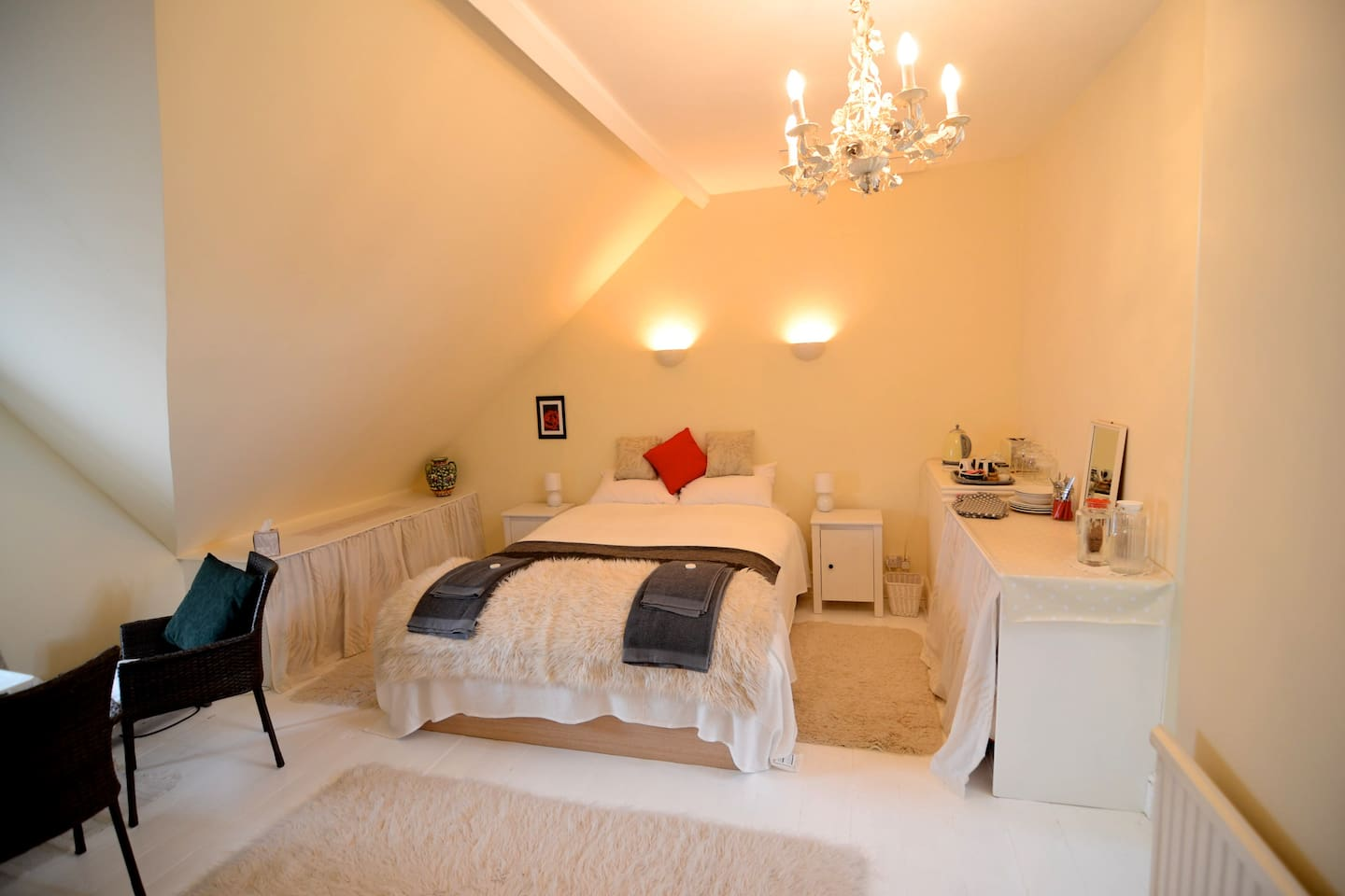Delightful spacious room with King size bed
