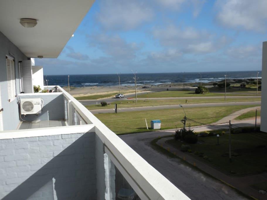 Vista desde el balcón-terraza: Playa e Isla de Lobos