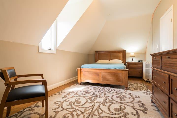 Bedroom 5 (queen bed)