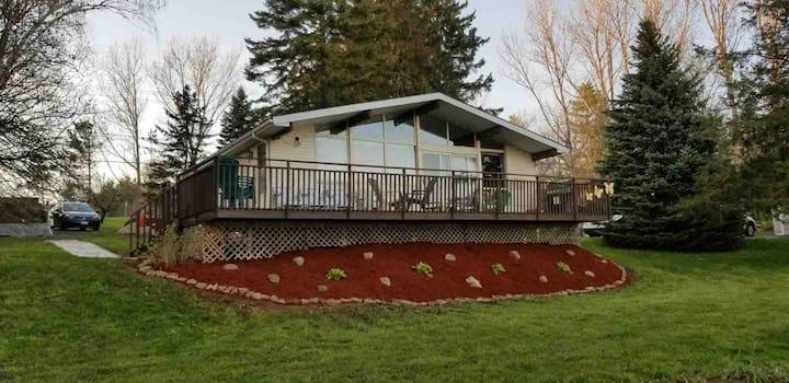 Cozy 4 Seasons Lakefront Cottage