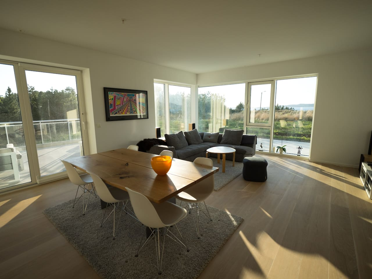 Large windows and lots of light and a spectacular view in the living room. Comfortable furniture.