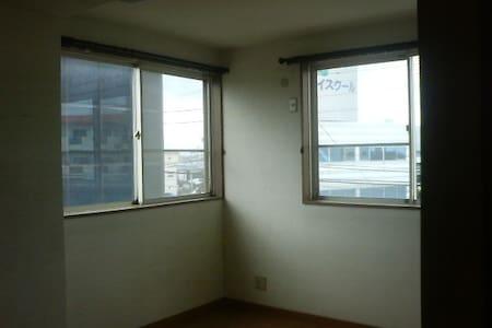 国道に面した交通の便のよい立地です。お部屋は3階にあり、景観がよい。 - Tokushima - 公寓