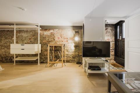 Apartamento no porão do estúdio central