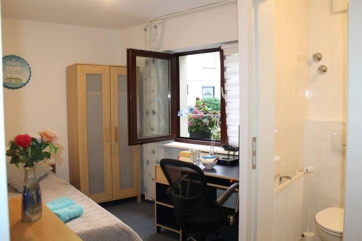 Wohn u Schalfzimmer - ein Bett, ein Schrank, ein Stuhl, ein Schreibtisch, Ferhseher und eine Kommode) (Living room and sleeping room - a single bed, a cupboard, a chair, a desk, TV and a commode )