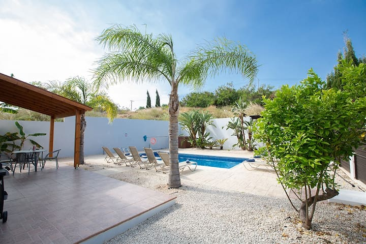 Large Garden with barbecue, seating area, sun loungers and private pool