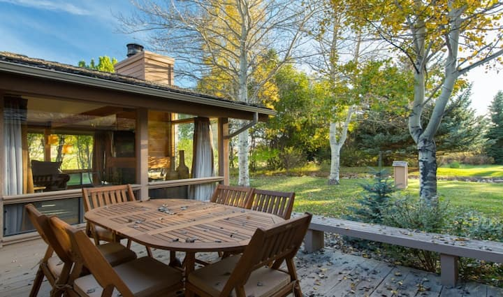 Gorgeous country escape w/private deck/wood-burning fireplace near hiking trails