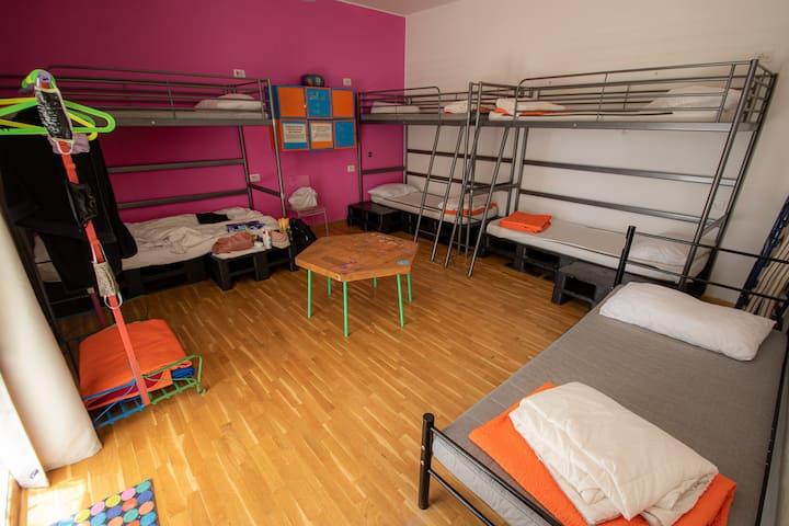 Dormitorio pink 6 posti letto misto.