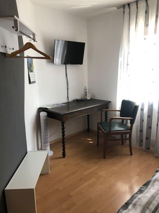 Zimmer 2 - Schreibtisch