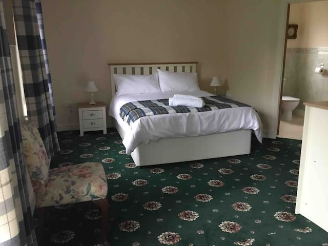Large double room with king size  bed and en suite