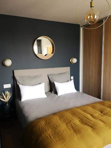 Chambre avec lit double et son dressing.