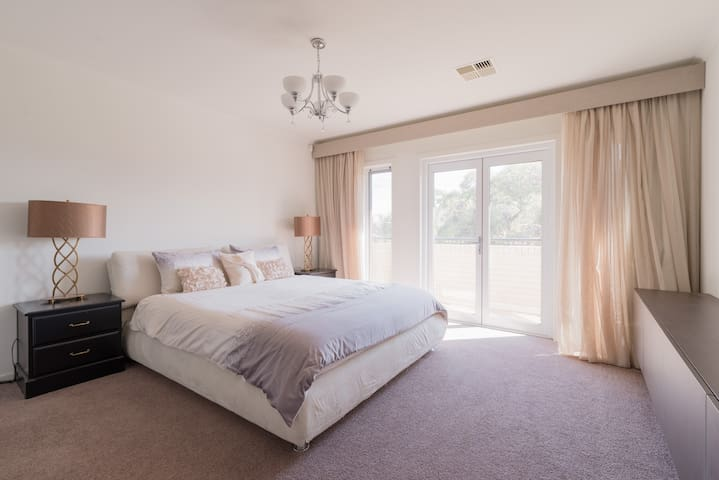 Huge Masterbed room with big Ensuite near the city