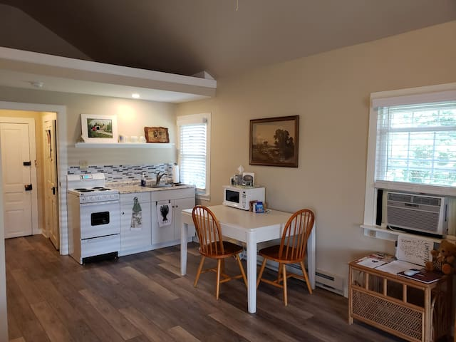 Country farmhouse suite, private entry, fireplace