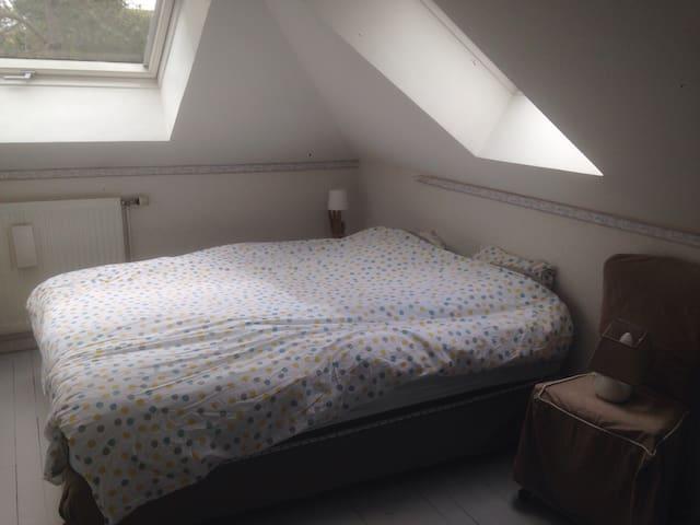 Chambre 4 au 1er étage, lit 160x200 Et un lit à barreaux pour bébé. Bestiole n•4, 1st floor (queen size bed and 1 baby bed)