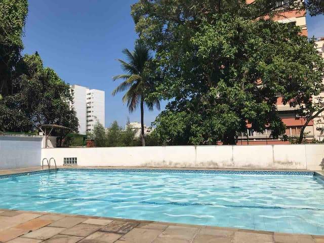 Apto Laranjeiras 1 quarto com piscina e vista.