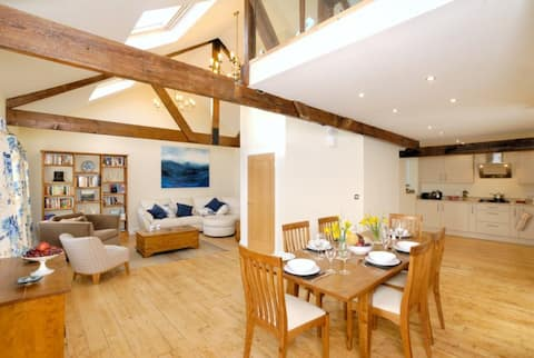 Fantastic waterfront home close to town centre
