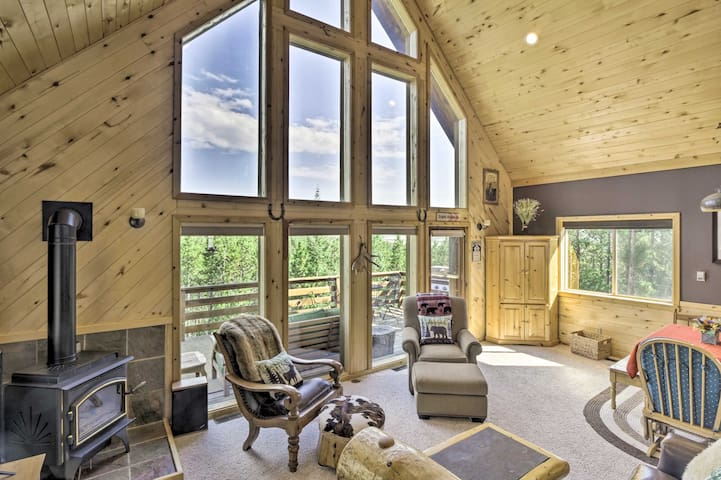 NEW! Secluded Mtn Retreat: Amazing Views & Hot Tub