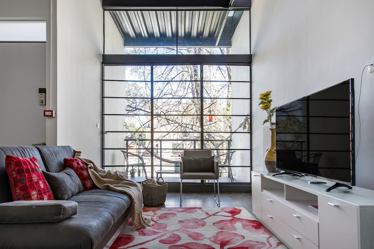 Industrial Chic Loft Close to Markets and Restaurants O