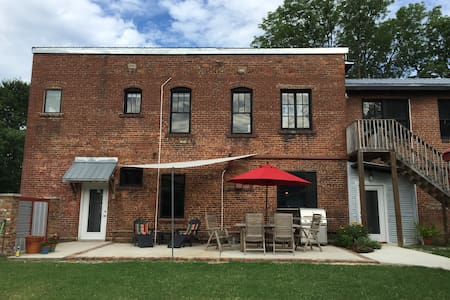 ★Firehouse Loft in NorthShore - Clean, great WiFi