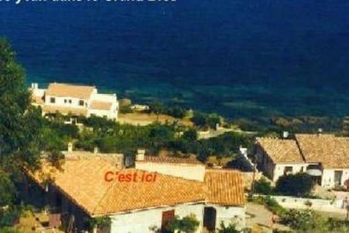 La maison se situe à 300 mètres de la mer