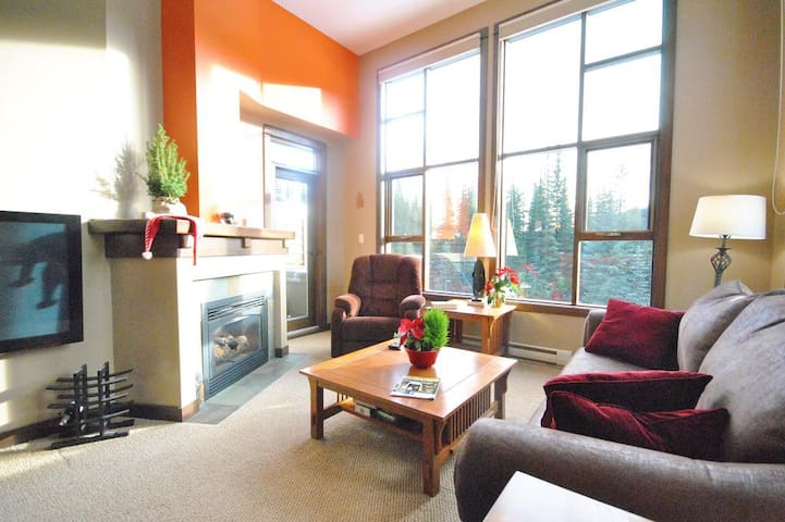 Stone's Throw 25: Lovely 2 BD/2BT with hot tub