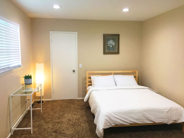 Master bedroom private bath near Disney