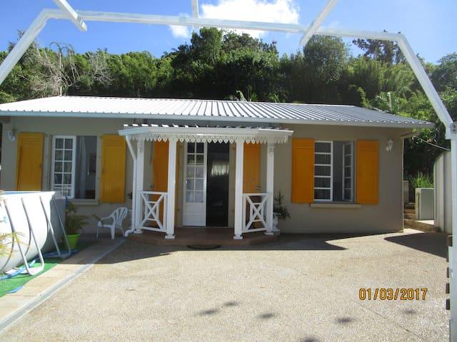 charmante villa créole - La Montagne - House