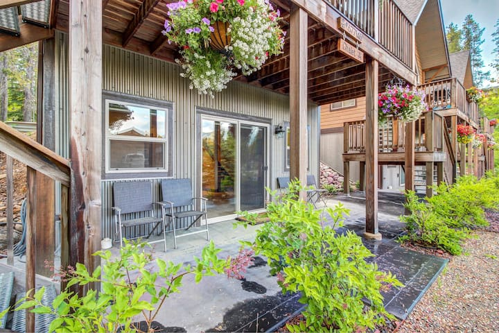 Cozy chalet w/ beautiful mountain views, 1 mile from Glacier National Park!