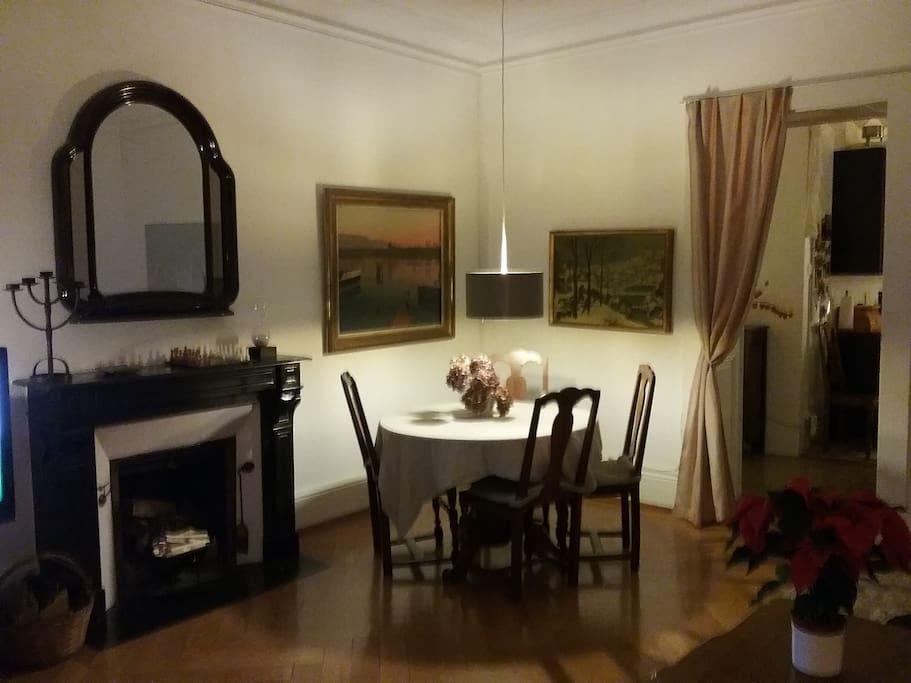 Le coin salle à manger avec cheminée de salon