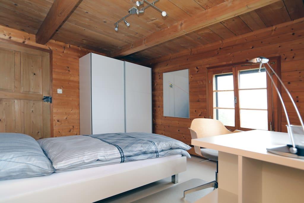 Das mit neuen Möbeln geschmackvoll eingerichtete in Naturholz gehaltene Einzelzimmer bietet eine warme und heimelige Atmosphäre. (Zimmergrösse 13 m2, Raumhöhe 2.19 m, Einzelbett 90x200 cm)