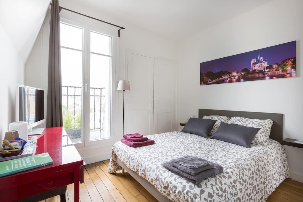 Chambre romantique sous les toits parisiens guest houses for Chambre de bonne a louer paris