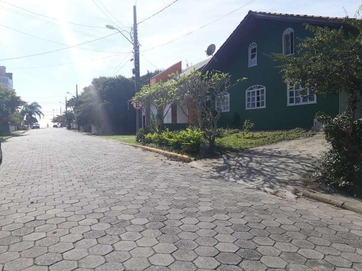 casa próximo á praia de Bombas