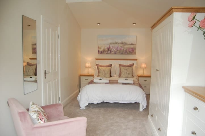 Charming Double Ensuite with lounge Nr Eden